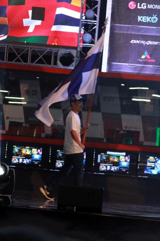 Suomen lippu saapui näyttämölle.