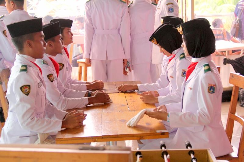 Virallinen lipunlaskumiehistö. Osa näistä kuuluu armeijaan, osa ei. Huomenna Indonesian presidentti tulee vierailulle tapahtumapaikan viereen. Tänään harjoiteltiin paljon.