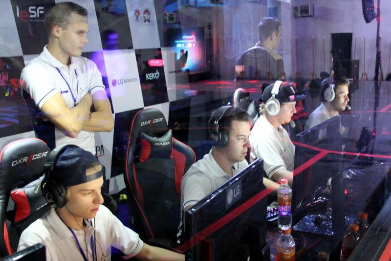 CS:GO -joukkue boothissa valmiina haastamaan kotimaan Indonesian.