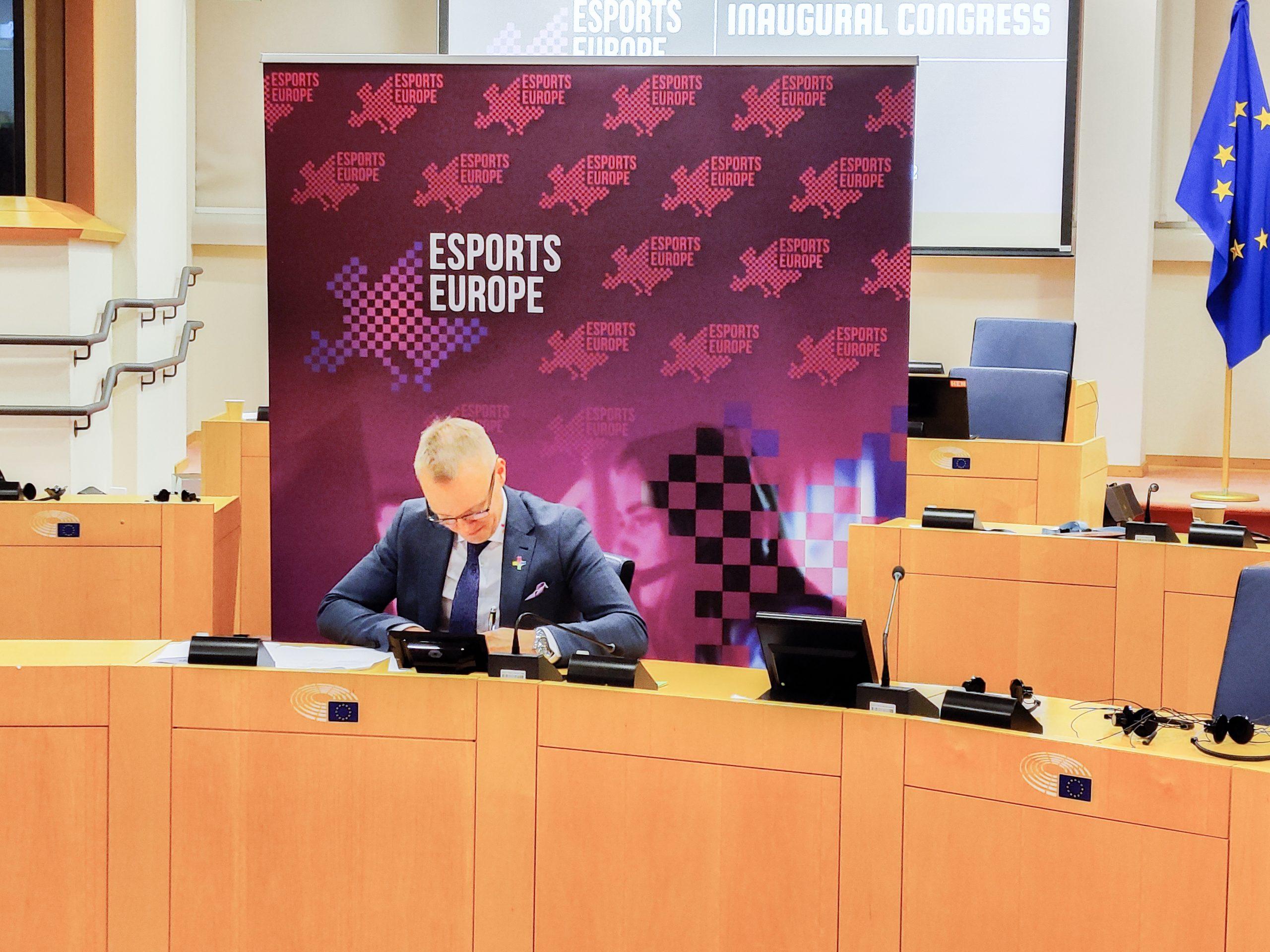 SEUL:n puheenjohtaja Joonas Kapiainen allekirjoittamassa EEF:n perustamiskirjaa.